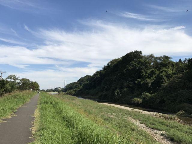 大栗川と秋の空