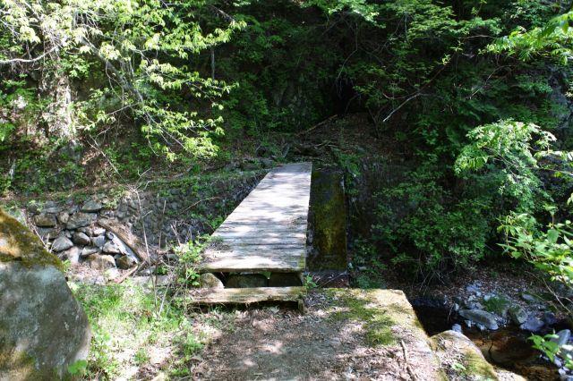 木の橋をいくつか渡る