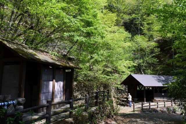 滝の近くは休憩所があります