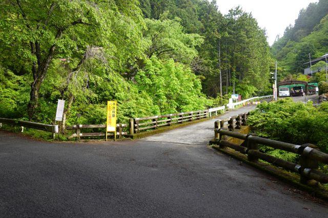 林道盆堀線の分岐点
