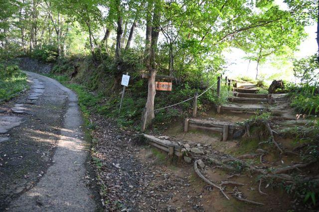 休憩所への道