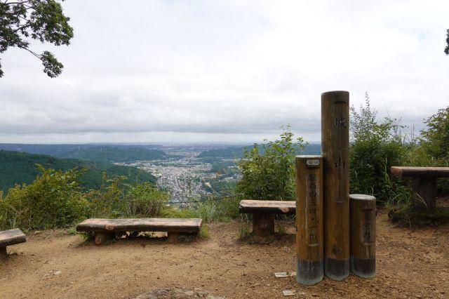 山頂の標識とベンチと展望